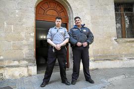 Dos vigilantes de los juzgados de Vía Alemania salvan a una mujer