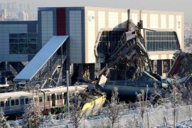 Al menos 9 muertos y 47 heridos en un accidente ferroviario en Turquía