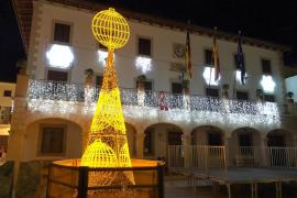 El árbol de Loterías y Apuestas ilumina la Navidad en Sant Llorenç