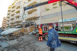 Arrancan los trabajos para retirar los vehículos calcinados en el incendio de un garaje de Vila