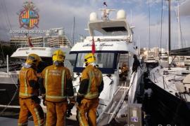 Los bomberos actúan en un conato de incendio en el Club de Mar de Palma