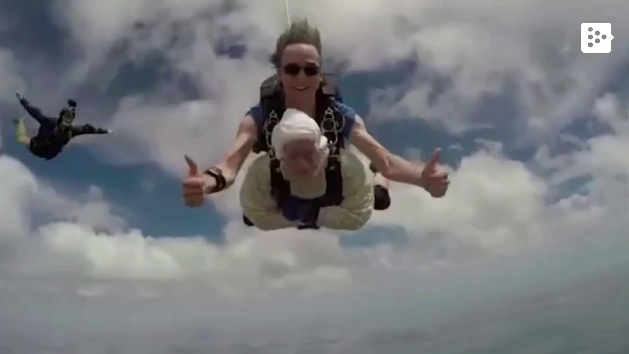 Una abuela de récord salta en paracaídas a los 102 años
