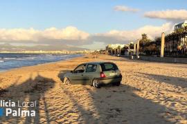 Un coche abandonado sobre la arena de la Playa de Palma causa estupor