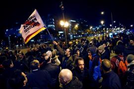 Más de 100 personas cortan la Diagonal de Barcelona