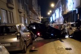 Un conductor golpea a once coches en Palma y vuelca