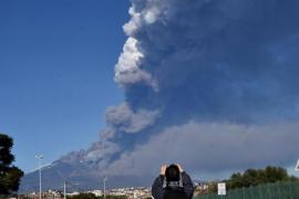 El volcán Etna entra en erupción y obliga a cerrar el aeropuerto de Catania