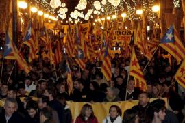 Unos 1.300 manifestantes, mucha policía y algunas banderitas de papel quemadas