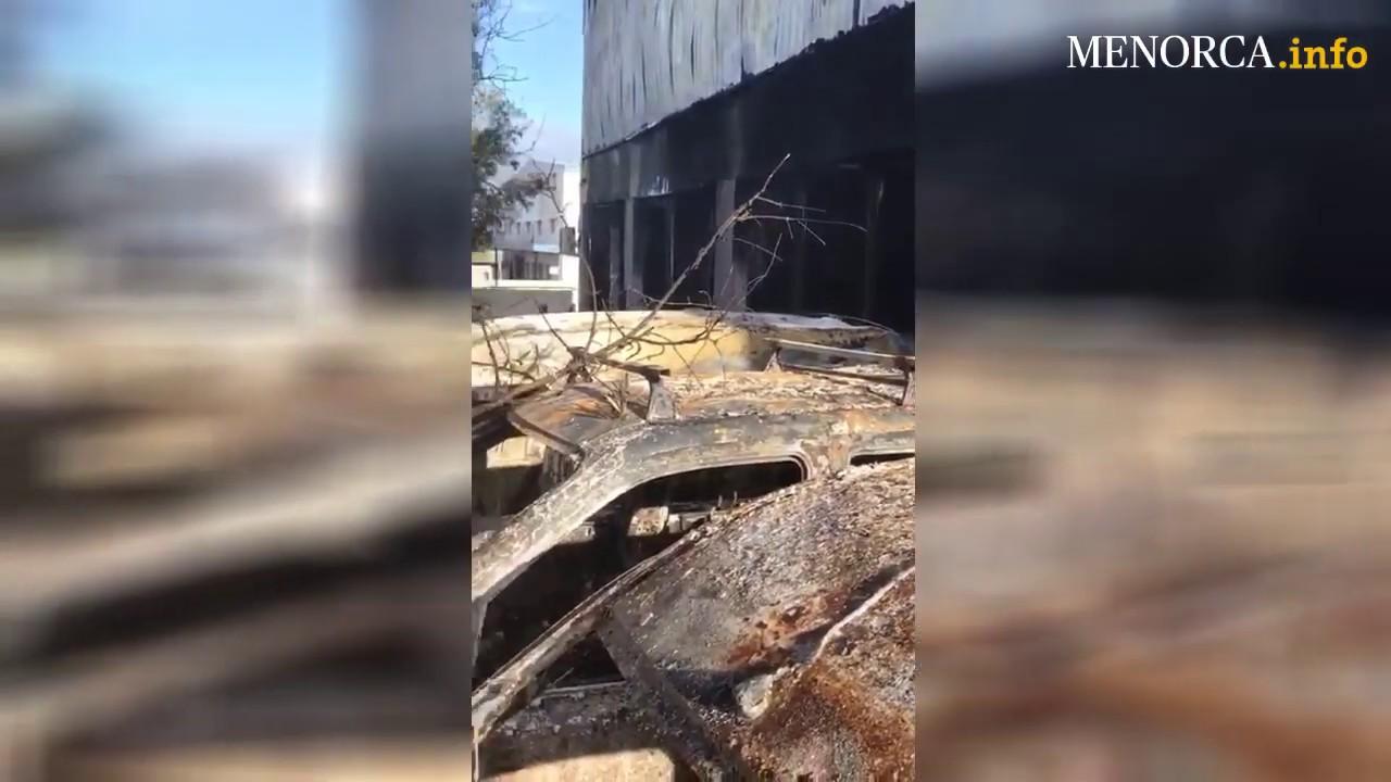 Un incendio calcina un taller de coches del polígono de Maó
