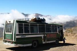 Decenas de víctimas al caer un autobús al río en Perú