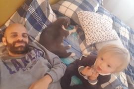 Un soltero adopta un niño con síndrome de Down rechazado por 20 familias