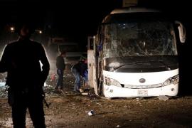 Aumentan a cuatro los muertos por la explosión de una bomba al paso de un autobús turístico en Egipto