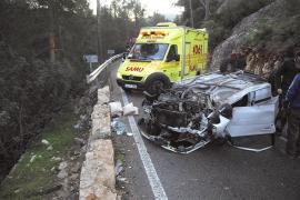 Espectacular vuelco de un coche con cinco jóvenes en la vía del Port d'Andratx a s'Arracó
