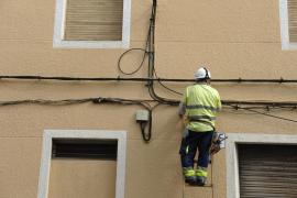 Un operario instalando fibra óptica