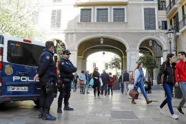 La policía aumenta su presencia en la calle para prevenir los robos y fraudes