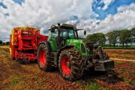Fallece un hombre de 63 años atrapado entre un tractor y un remolque