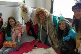 Sus Majestades visitan los hospitales de Mallorca