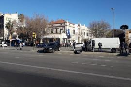 Un conductor pierde el control y se estrella contra una señal en la plaza España de Palma