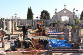 La exhumación de las fosas de Llucmajor empieza con el hallazgo de restos humanos