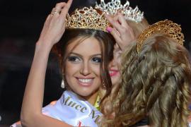 El rey de Malasia abdica por amor tras casarse con una modelo rusa
