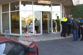 Un hombre estampa su coche contra los estudios de TV3
