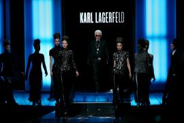 Karl Lagerfeld triunfa con su mezcla de estilos