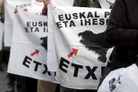 Detenido un expolicía por disparar contra la bandera a favor del acercamiento de presos vascos