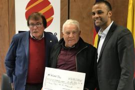 La FFIB y el Mallorca entregan al Cardassar la recaudación del partido benéfico