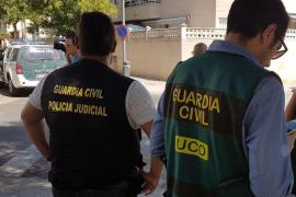 Los expertos de la Guardia Civil se llevaron fármacos del chalet
