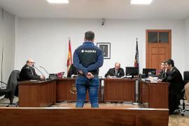 Medio año de cárcel por intentar agredir a un médico de Son Llàtzer