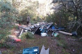 Agentes de Medi Ambient investigan un vertido de plásticos en un espacio natural protegido