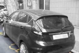 Retirado un coche de una plaza para minusválidos que usaba la tarjeta de un fallecido