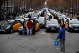 Los taxistas de Barcelona deciden mantener el paro y el bloqueo de la Gran Vía