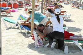 Las denuncias contra masajistas ilegales en las playas de Calvià se doblaron en 2018