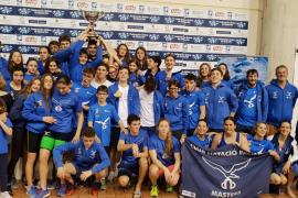 El Club Natación Palma se lleva su trofeo