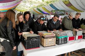 La Fira del Disc atrae a Sant Antoni a los aficionados a la música en vinilo