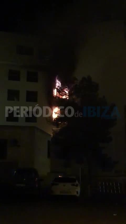 Un aparatoso incendio calcina dos plantas de los juzgados de Ibiza