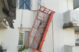 El arnés de seguridad evita que dos trabajadores caigan desde un quinto piso en Ibiza