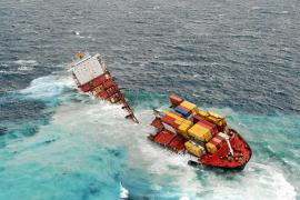 El carguero liberiano encallado en Nueva Zelanda se parte en dos