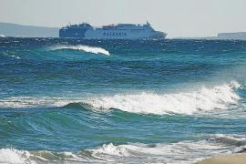 El temporal de viento desvía vuelos, cancela conexiones marítimas y tumba varios árboles