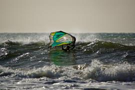 Acorralado entre olas