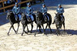 La Sección Montada de la Policía Local celebra su exhibición ecuestre y homenajea a Adela Ladaria