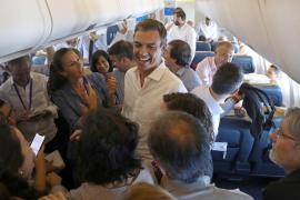Sánchez vuela como Rajoy, pero sin «extra de whiskey y vino»