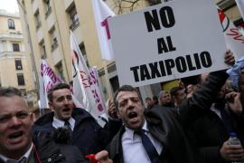 Un millar de conductores de VTC de Madrid se manifiesta ante la sede del PSOE