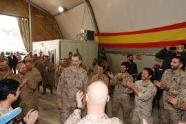 Militares de la misión en Irak cantan a Felipe VI el «cumpleaños feliz»