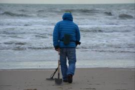 Un hombre vendía joyas que localizaba en las playas de Menorca con un detector de metales