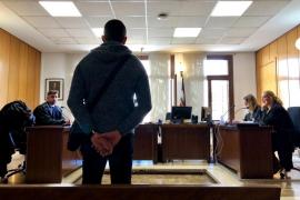 Un joven admite una multa de 1.350 euros por agredir a cuatro funcionarios de la cárcel de Palma