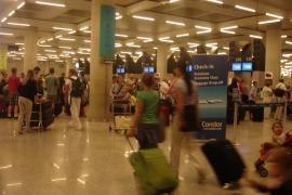 El Govern reconoce que el precio de los vuelos ha subido un 15 % tras ampliarse el descuento de residente