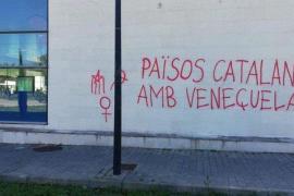 Pintadas en apoyo a Venezuela en la estación de metro de la UIB