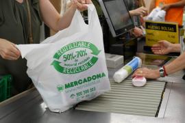 Mercadona retirará todas sus bolsas de plástico antes de mayo