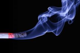 Retiran la custodia a un padre por fumar ante sus hijos «de manera adictiva»
